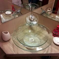 Vanitory y grifo vidriado de los baños